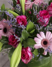 Cutting-edge arrangement of mixed flowers in pinks