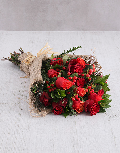 christmas: Red Rose and Hypericum Bouquet!