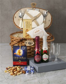 gifts: Luxurious Picnic Basket Hamper!