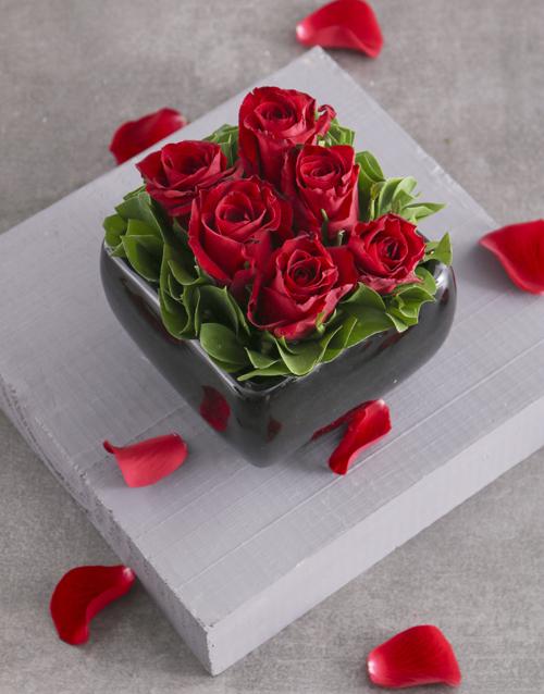 colour: Blushing Red Roses in Black Ceramic Vase!